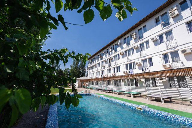 На территории отеля, каждый найдёт место в тени, чтобы отдохнуть и расслабиться 😇 ⠀ А так же для вас есть несколько бассейнов, чтобы вы могли вдоволь наплаваться 💦 ⠀ https://centralkoblevo.com/ +38 (097) 422 25 55