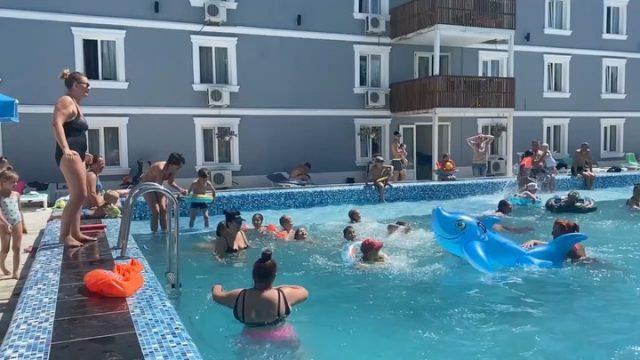 Весело и активно проводим время в бассейне 💦💦💦 ⠀ Если у вас ещё только планируется отпуск, то планируйте его с нами! ⠀ https://centralkoblevo.com/ +38 (097) 422 25 55