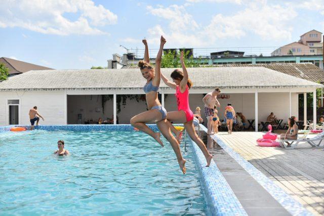 У тебя ещё есть время! Прыгай в лето 💦 ⠀ В отеле Charisma есть 2 просторных бассейна, где вы активно проведёте время 😍 ⠀ https://centralkoblevo.com/ +38 (097) 422 25 55